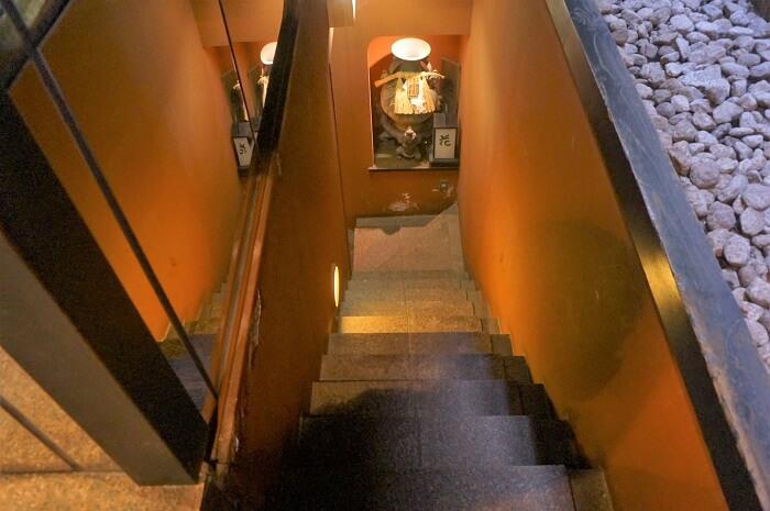 銀座の花大根の入口の階段はけっこう急。