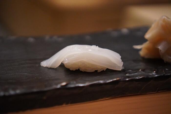 ヒノキのカウンターでゆっくりお寿司!