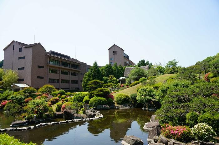彗洲園の隣にある武雄センチュリーホテルの外観。