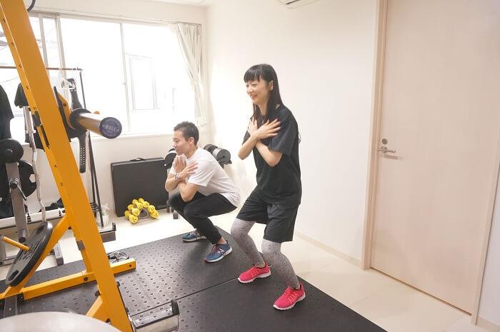 <ELEMENT(エレメント)>のインストラクターの井上 弘保(いのうえひろやす)先生にスクワットを指導してもらった。