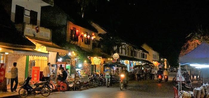ルアンパバーンのシーサワンウォン通りのナイトマーケットから見た繁華街の様子