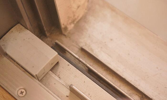 けっこう汚れがたまる窓サッシ。ほったらかしであっという間にキレイにできるコツをご紹介します。