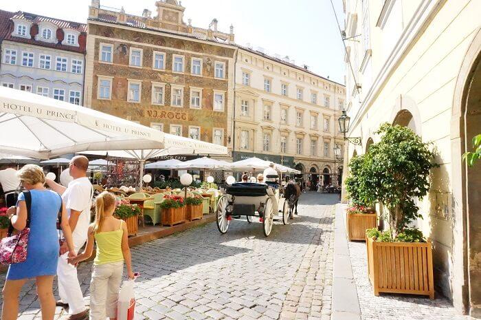 プラハの公道には、普通に馬車が通行していました。