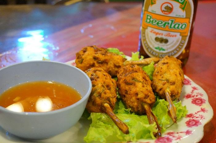 <Khmu Garden Restaurant>で食べた串ものとラオビール