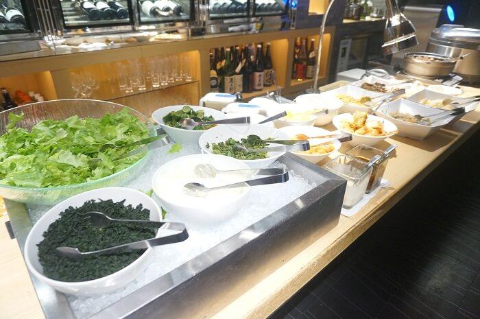 サラダバーも食べ放題で。満足度が高い赤坂ランチ。