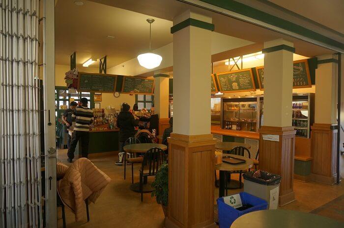 アッパー温泉の2Fにあるカフェの様子。