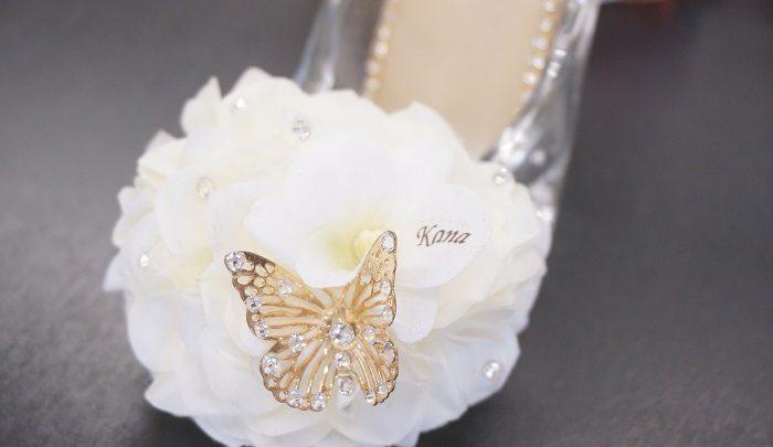 美しい花をあしらったガラスの靴。花びらにさり気なく名入れもできるので、パーソナルな贈りものに喜ばれると口コミで評判になっています。|誕生日やプロポーズに!思い出に残るプレゼントの選び方