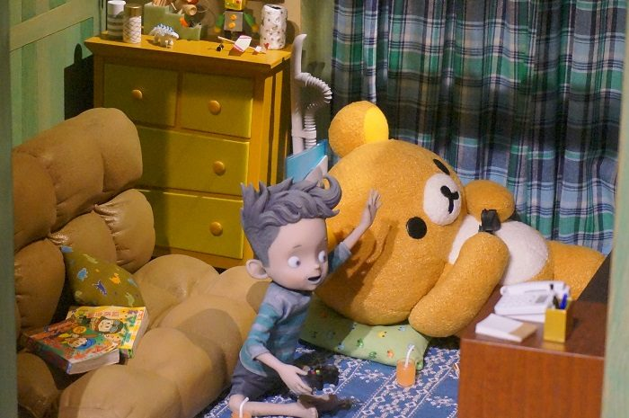 ごろ寝してゲームする様子|『リラックマとカオルさん』の展覧会