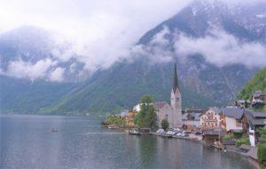 世界遺産の美しい湖の村・オーストリアにあるハルシュタット(Hallstatt)という景勝地へいってきました。ザルツカンマーグート地域の最奥にある静かな村へのアクセス方法とは?ザルツブルクから電車で2時間。途中のバートイシュルという温泉街からバスで出かけた行き方や現地の様子などに実体験をチェック!