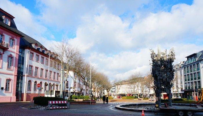 マインツにあるSchillerplatz(シラープラッツ)のカーニバルの噴水。夏場の大人気スポット。