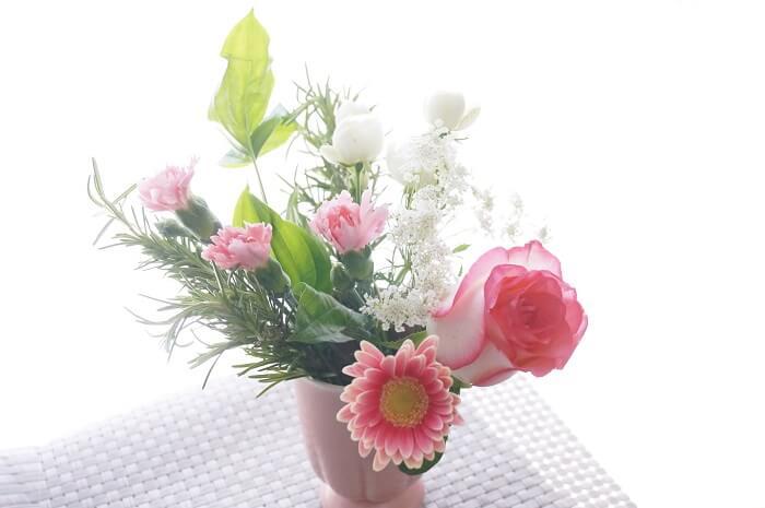 ポストに届いたお花はそのまま飾るだけ。今週のブーケはバラがいい香り。