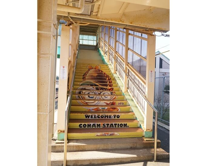 駅の階段もコナン!