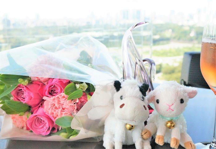 私の何度目かの結婚記念日のバラはピンクだった。これはこれで、大変思い出深いエピソードなんですけどね。いつものぬいぐるみと一緒に記念写真。