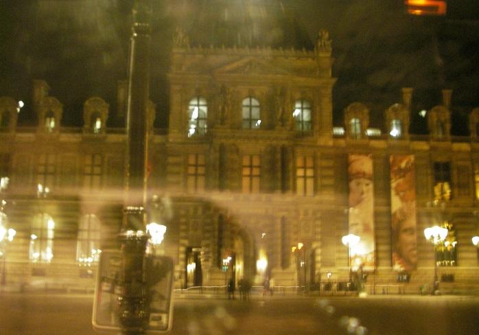 夜のルーブル美術館前のライトアップ