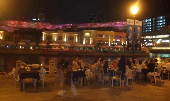 シンガポールの夜はバーでお酒を楽しもう。