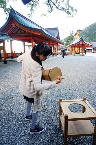 熊野那智大社にある日本一大きなおみくじを引いてみた。筒の長さが133㎝も!