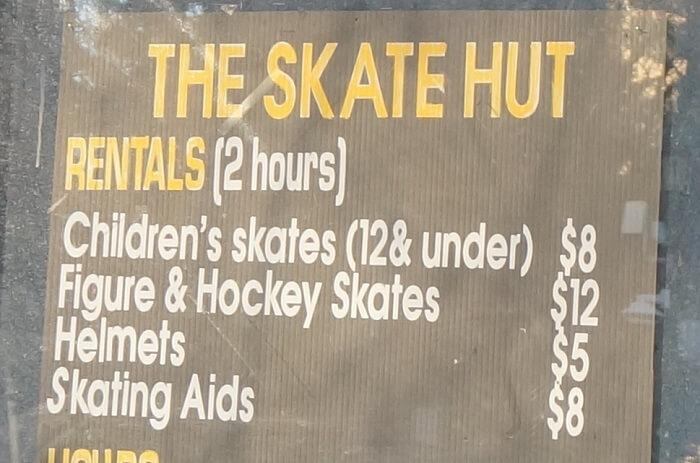 カルガリーのスケートリンク。シューズやヘルメットのレンタル料金。