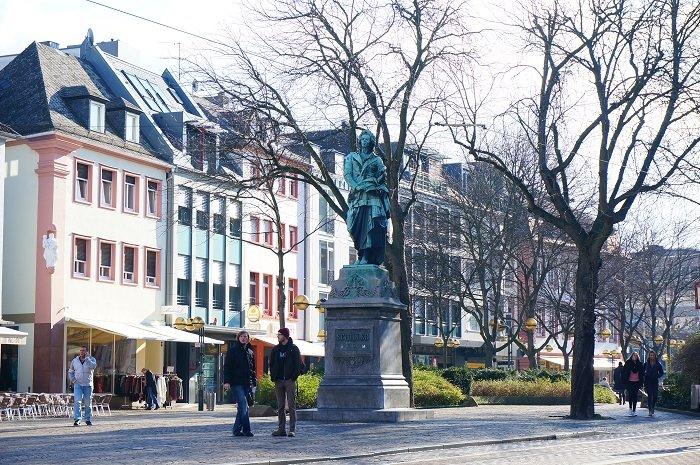 シラープラッツにある銅像。待ち合わせにもおすすめ。周りにはかわいいカフェやレストランがいっぱいです。