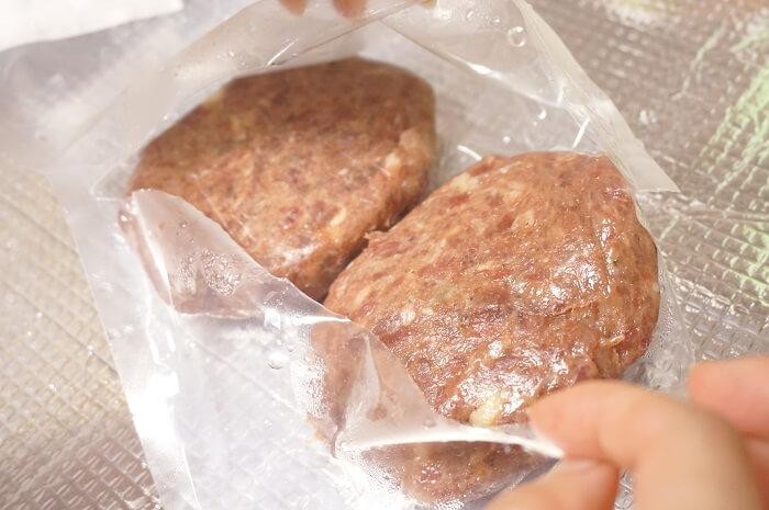 冷凍で届いたパティは前日から冷蔵庫でゆっくり解凍。
