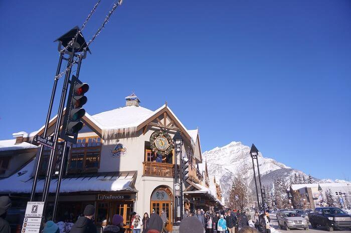 雪景色がキレイなカナダ・バンフの街並み。