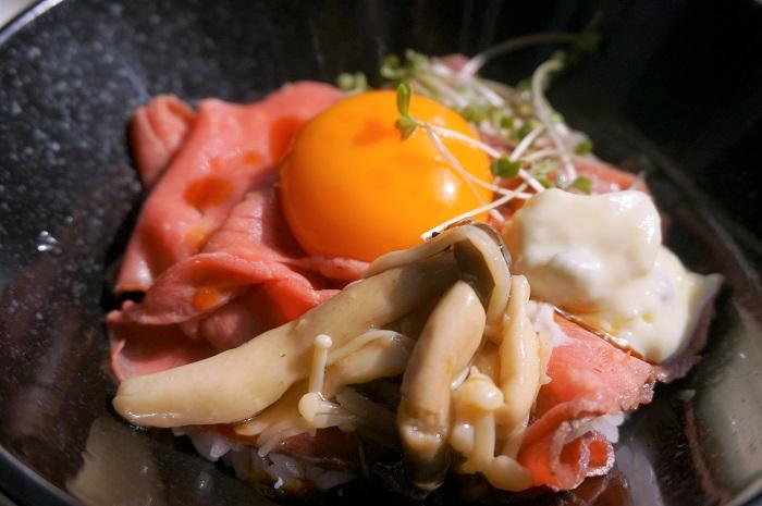 丸の内ワイン倶楽部のお得な平日ランチについてくるミニローストビーフ丼!パスタとドリンクバー、サラダまでついて1000円!