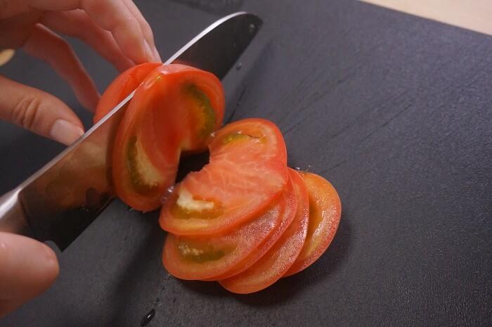 トマトの切れ味抜群。ディンプル加工でくっつかない包丁。