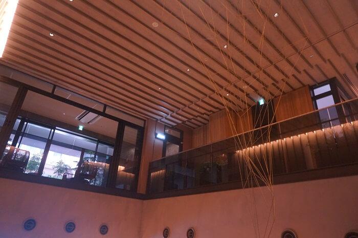 エントランスの天井にはアート作品が!