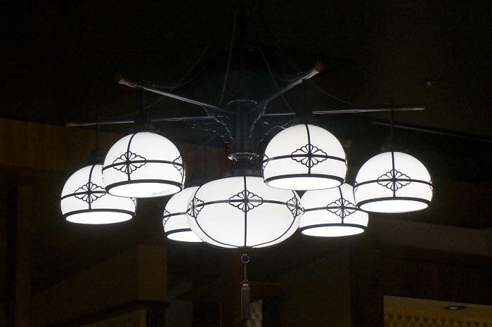 アークヒルズにある金沢かつぞうの照明がオシャレ。