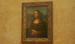 イタリアの美術家レオナルド・ダ・ヴィンチが描いた油彩画の傑作『モナリザ』を拝見。