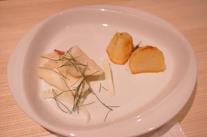 ランチの前菜はイカのフリッターとポテトでした。