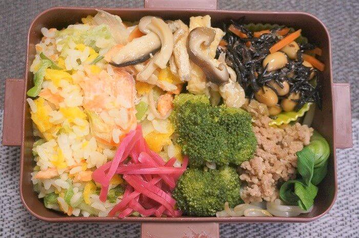 サケチャーハン×ひじき×ブロッコリーのオイル煮×青梗菜×ひき肉炒め×シイタケと油揚げの煮つけ