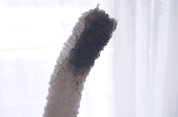 エアコン掃除1回目、真っ黒になったブラシ。