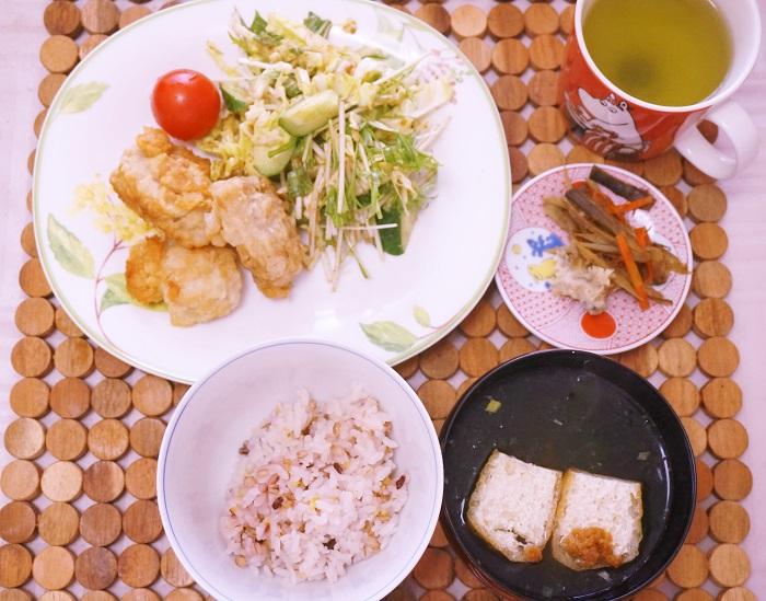 ある日の拙宅のお昼ごはん。メインは大好きな昆布塩のからあげ。野菜もたっぷりでめちゃめちゃヘルシー。ごま油で揚げました。