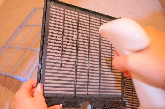 丸洗いOKなフィルターに【ecostore】マルチクリーナースプレーを吹きかけるだけ。