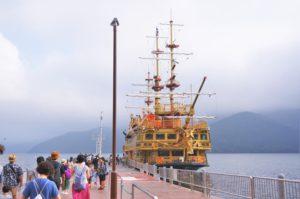 ゴールドの外観もかっこいい。桃源台港から|箱根フリーパスも使える!新型海賊船「クイーン芦ノ湖」